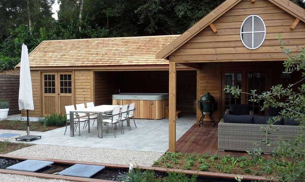 Houten poolhouse in thermowood door Woodproject