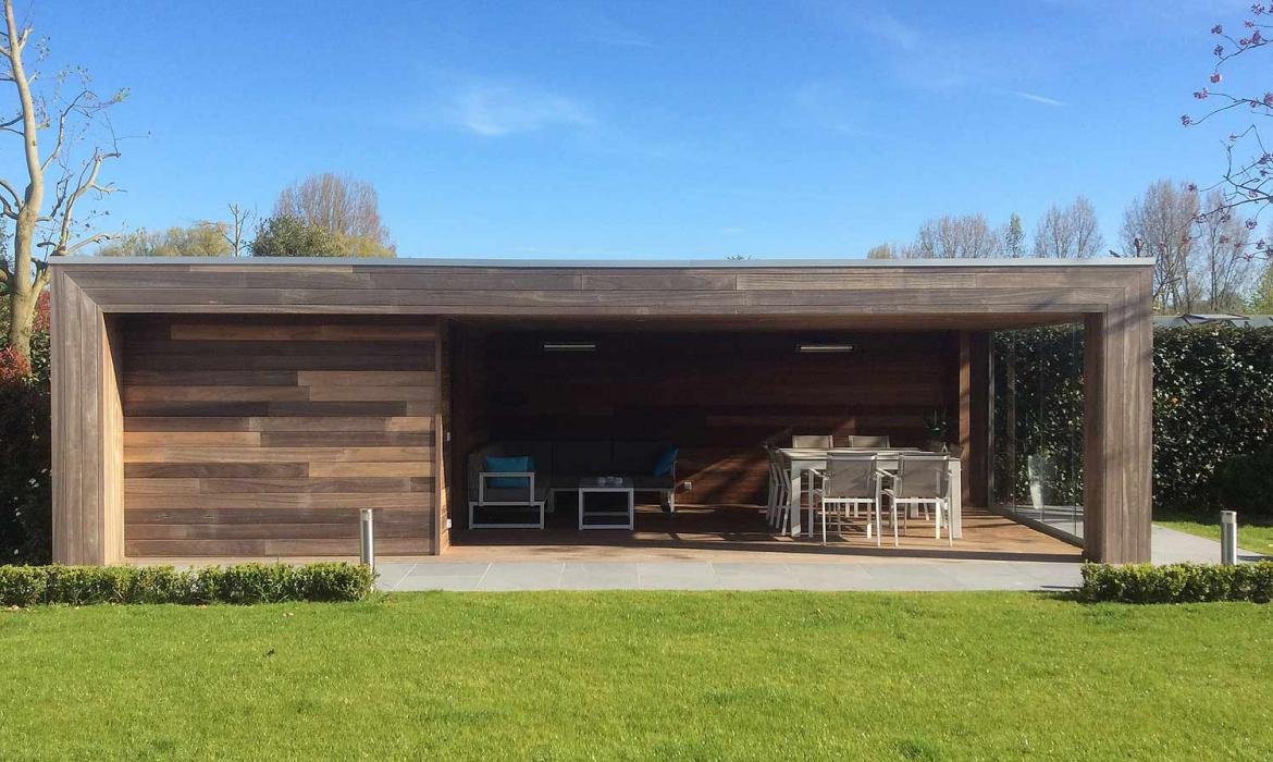 Houten poolhouse in padoek hout door Woodproject