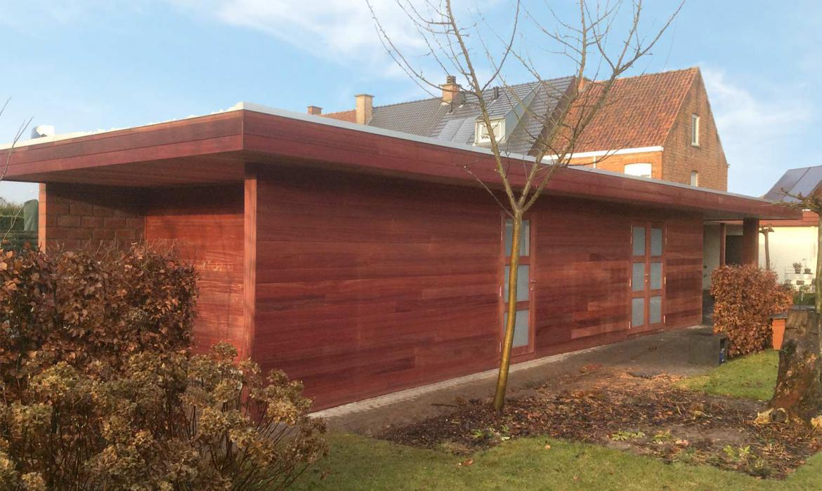 Modern tuinhuis in padoek hout door Woodproject