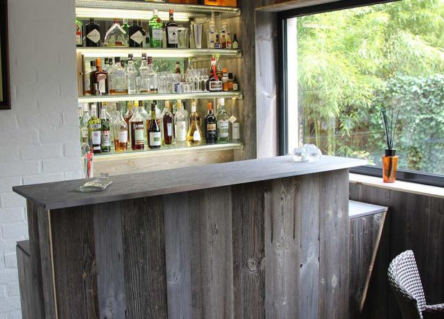 Bar, met accentmuur in BARNWOOD