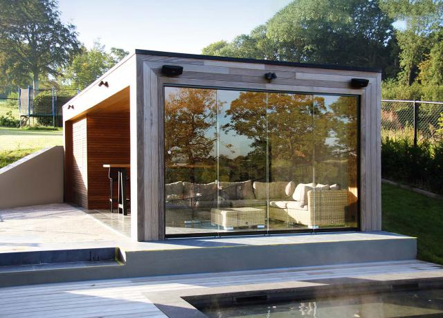 Poolhouse in Afrormosia met glaswand