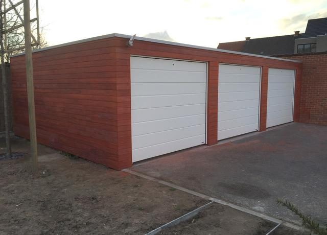 Moderne garages in padoek hout door Woodproject
