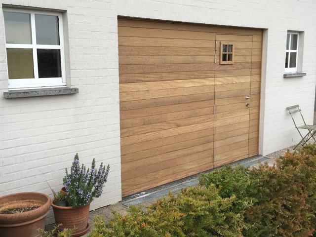 Cottage garagepoort in afromosia hout door Woodproject